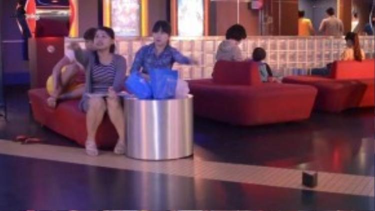 Hai cô gái này liên tục lên tiếng nhắc chàng thanh niên về chiếc ví bị đánh rơi. (Ảnh chụp từ clip)