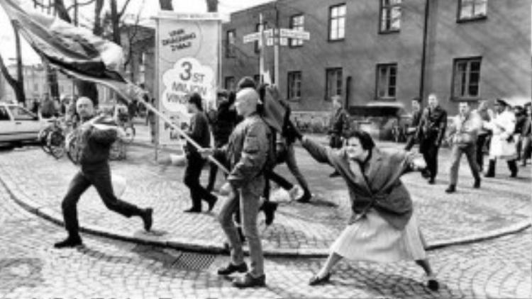 Một người phụ nữ can đảm tấn công một tên theo chủ nghĩa phái xít bằng túi xách của mình tại Växjö, Thụy Điển vào ngày 13/5/1985. Bà cũng là một người sống sót trong nạn diệt chủng của phát xít.