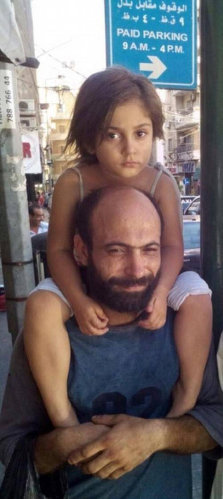 Hơn 117.000 USD quyên góp cho 'người cha tị nạn bán bút nuôi con'
