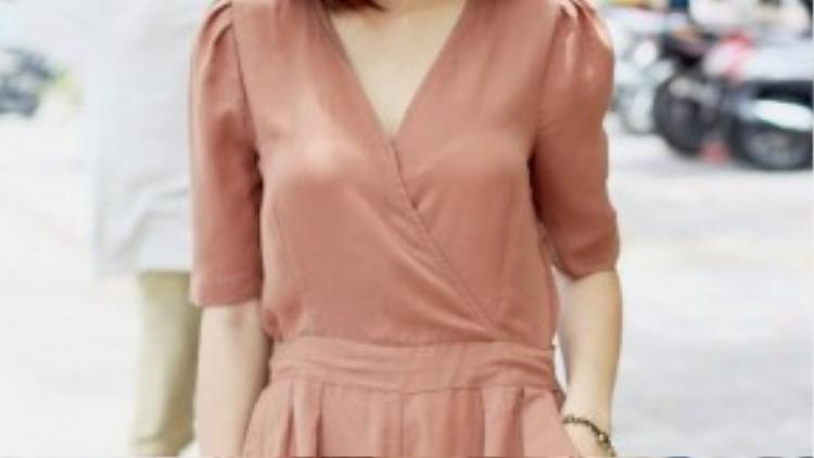 Cô bạn Hương Lê dịu dàng trong bộ trang phục jumpsuit cách điệu. Tông màu nude càng làm tôn lên làn da trắng vốn có.