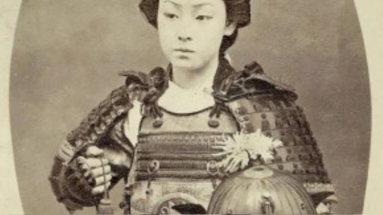Một trong số các Onna-Bugeisha, nữ chiến binh Samurai thuộc cấp cao, vào cuối những năm 1800.