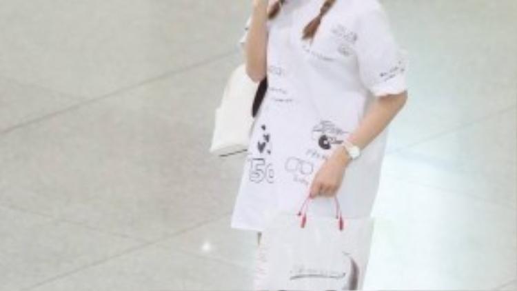Nữ diễn viênVừa đi vừa khóc khiến người đối diện không thể rời mắt khi xuất hiện ở sân bay Tân Sơn Nhất (TP HCM). Bên cạnh vẻ đẹp ngọt ngào, cô còn ghi điểm với chiếc đầm trắng có chuỗi họa tiết được vẽ thủ công và dàn phụ kiện tone sur tone.