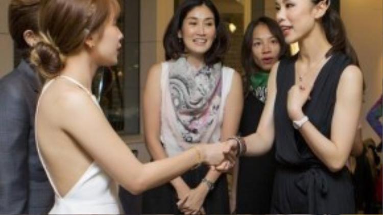 Hoa hậu Riyo Mori tranh thủ trò chuyện với hai người bạn mới Chi Pu, Gil Lê.