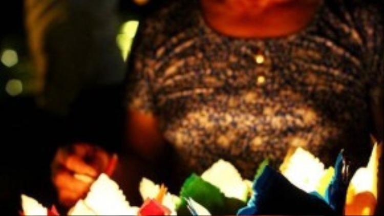 Nụ cười hiền hậu của những người phụ nữ bán hoa đăng.