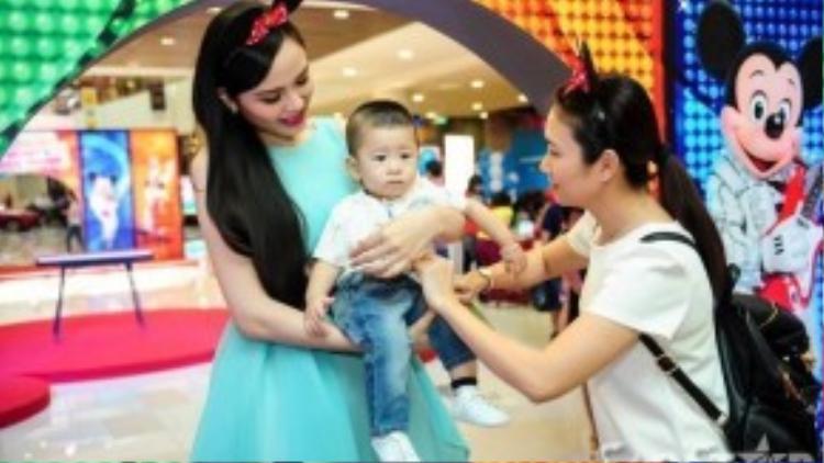 Không chỉ có Diễm Hương, buổi họp báo ra mắt còn có sự xuất hiện của MC Thanh Thảo.