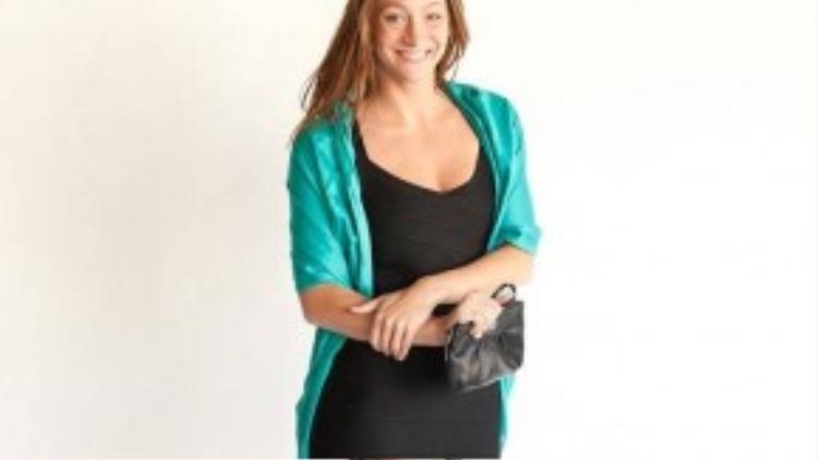 Một chiếc váy ôm màu đen sẽ giúp bạn trông gọn gàng hơn, kèm theo khăn choàng màu xanh ngọc, bạn vẫn thời trang phải không?