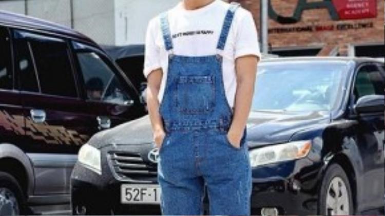 Anh chàng Tj Ak Thiên Ân đã chứng minh rằng quần yếm không chỉ dành cho phái nữ khi mix cùng T-shirt với dòng slogan ý nghĩa và mũ beret ngộ nghĩnh, đáng yêu.