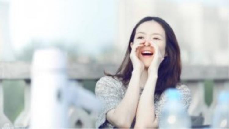 Kể từ khi yêu Uông Phong, Chương Tử Di đã hi sinh và phá bỏ khá nhiều nguyên tắc. Mới đây, nữ ngôi sao quốc tế của điện ảnh Trung Quốc bất ngờ xuất hiện với vai trò diễn viên đóng MV trong sản phẩm mới nhất của bạn trai Uông Phong - MV ca khúcNo Where To Let Go. Trong MV, Chương Tử Di xuất hiện với hình ảnh một cô gái thuần khiết, trong sáng.