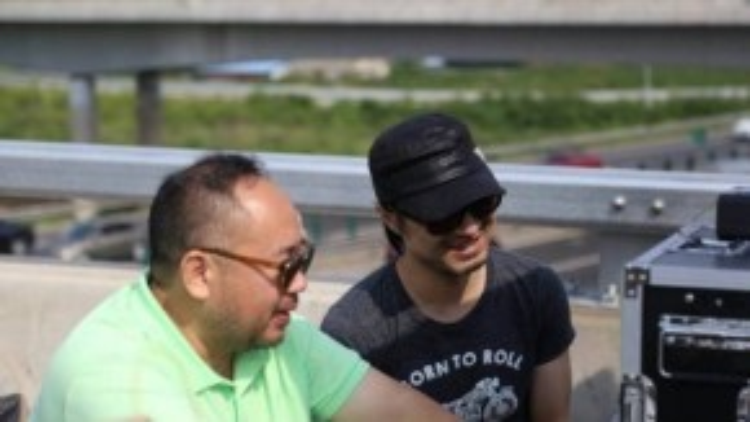 Uông Phong và đạo diễn MV chăm chú theo dõi bạn gái diễn xuất.