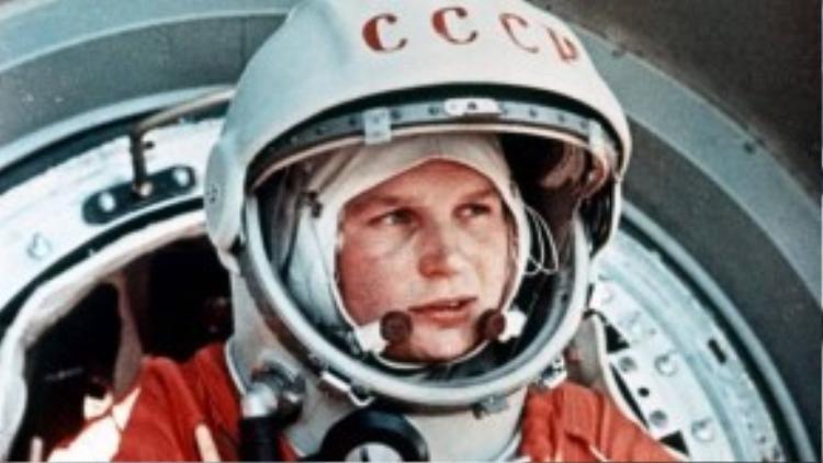 """Valentina Tereshkova là người phụ nữ đầu tiên bay vào vũ trụ trên tàu Vostok 6 (Phương Đông 6). Câu nói mà nữ phi hành gia xinh đẹp có biệt danh """"Hải âu"""" thốt lên trước lúc khởi hành là """"Hỡi bầu trời, hãy ngả mũ!""""."""