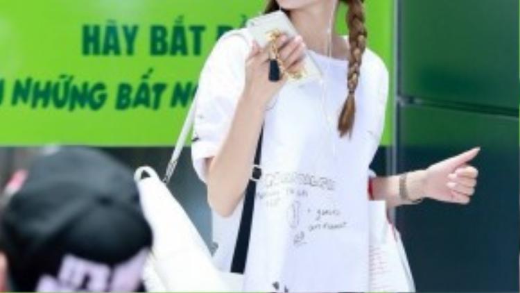 Bộ trang phục cực chất cùng làn da trắng sứ giúp Minh Hằng trở nên nổi bật ở một góc sân bay.