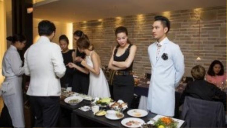 Mọi người cùng nhau thưởng thức một số món ăn nổi tiếng của Nhật Bản.