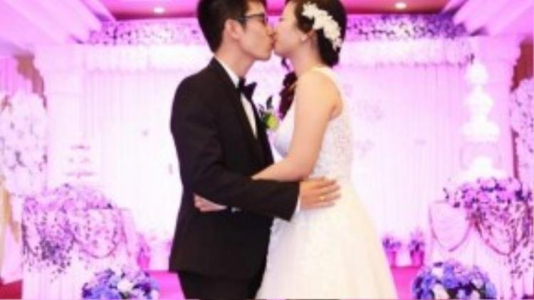 """Cả hai """"khóa môi"""" trước sự chứng kiến của hàng trăm bạn bè, người thân."""