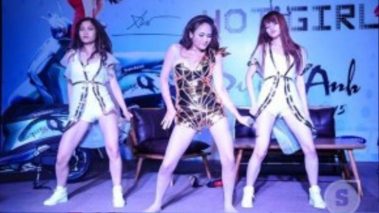 Cô trình diễn lại bài hát trong MV cùng các vũ công.