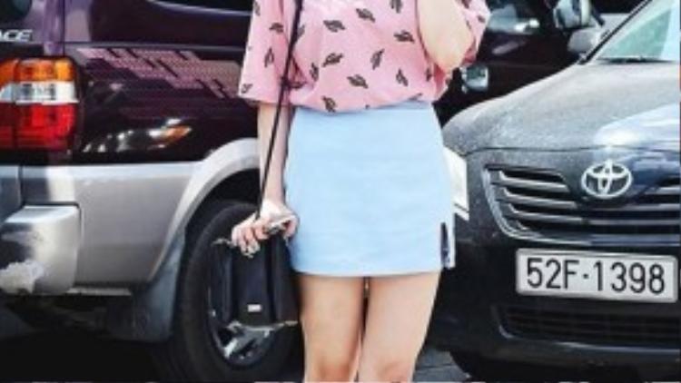 Áo phông với họa tiết xinh xắn được cô bạn Vi Kittie mix với chân váy baby blue chất kaki xẻ đùi. Kết hợpcùng giày cao gót đế thô, trông cô bạn không khác gì các teen girl Hàn Quốc.