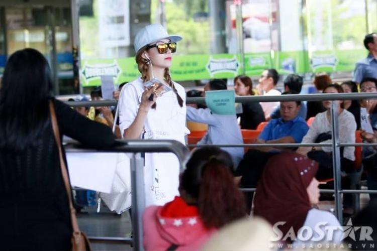 Minh Hằng gây chú ý giữa sân bay với style như Idol xứ Hàn