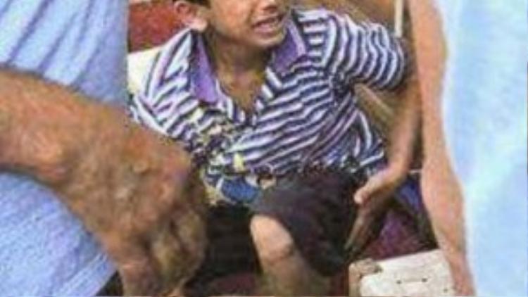 Trước đó, một bé trai bị chủ nhà hàng đánh khi đang cố bán giấy ăn cũng nhận được khá nhiều sự quan tâm.