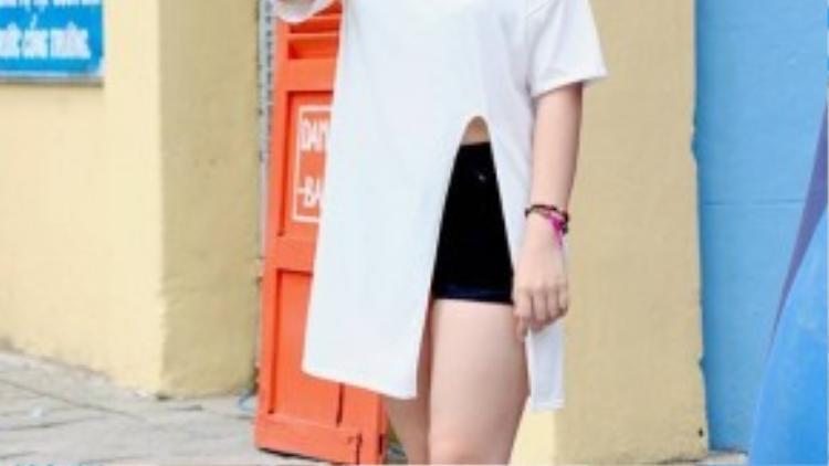 Tông màu đen - trắng quen thuộc được cô bạn mix hài hòa với áo xẻ tà độc đáo cùng quần short ngắn bên trong, điểm tô thêm những phụ kiện xinh xắn giúp set đồ trở nên sinh động hơn.
