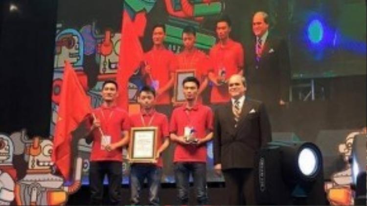 Ông Javad Mottaghi - Tổng thư ký của Hiệp hội Phát thanh Truyền hình châu Á - Thái Bình Dương (ABU) trao giải cho đội tuyển Việt Nam.