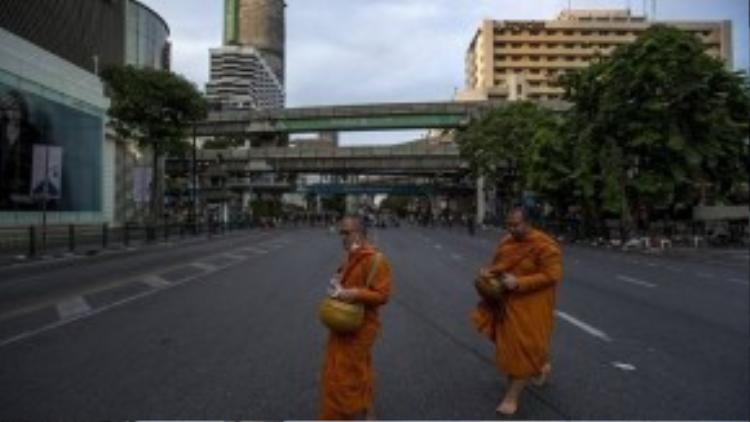Hai nhà sư đang đi hành khất gần khu vực vụ nổ bom tối ngày 17/8. Ảnh: Reuters
