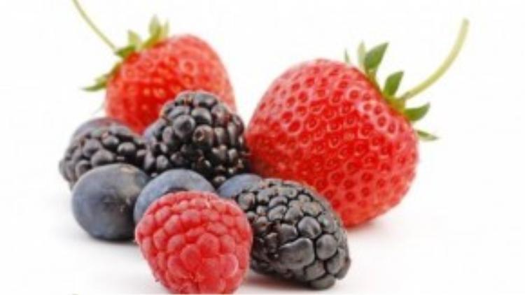 Ngoài trà xanh, quả dâu cũng là một nguồn cung cấp chất chống oxy hóa giúp giảm chứng đau lưng. Các loại dâu gồm dâu tây, dâu tằm, việt quất, phúc bồn tử trái đỏ thậm chí dâu rừng cũng có tác dụng chống sưng viêm. Quả dâu cũng giàu vitamin C tăng cường hệ thống miễn dịch, giúp thúc đẩy quá trình phục hồi.