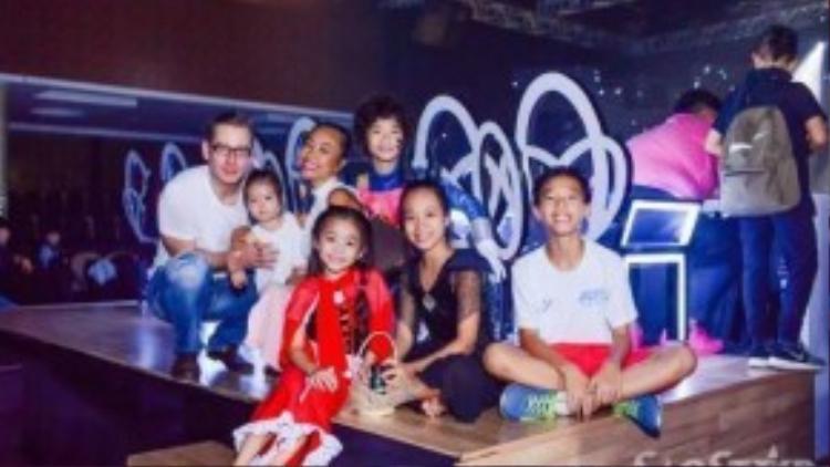 """""""Đại gia đình"""" của Đoan Trang."""