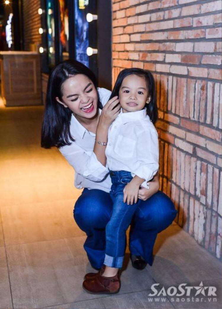 Mẹ con Phạm Quỳnh Anh tone sur tone đến ủng hộ Sơn Tùng M-TP