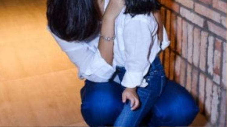 Quỳnh Anh hôn con gái