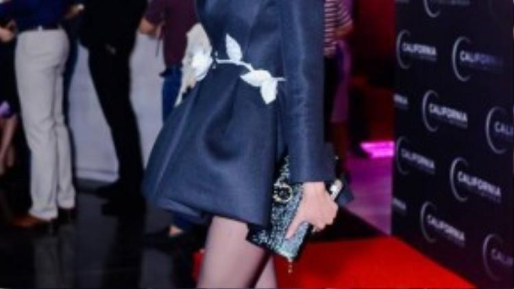 Xuân Lan diện chiếc váy có thiết kế cầu kỳ. Tuy nhiên, cô vô tình lộ khuyết điểm chân tong teo của mình.