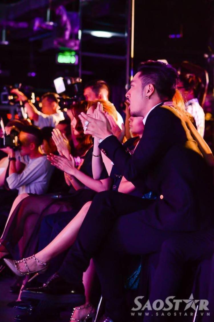 Subeo và ông ngoại quậy tưng bừng khi xem Hà Hồ hát