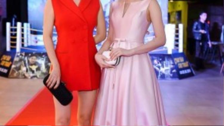 Phong cách đối lập của hai mỹ nhân, Trương Ngọc Ánh chọn bộ trang phục rực rỡ, trẻ trung so với độ tuổi 39, còn Angela Phương Trinh thì thanh lịch trong bộ váy hồng pastel.