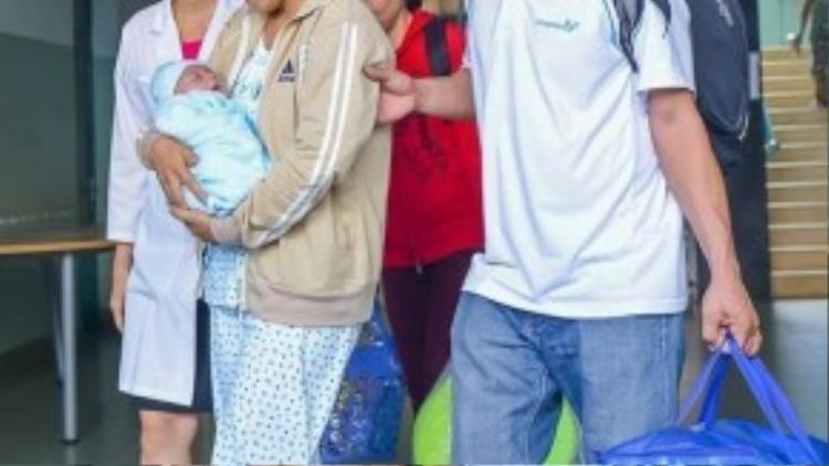 Niềm vui của các bác sĩ khi đã cứu giúp được em bé.