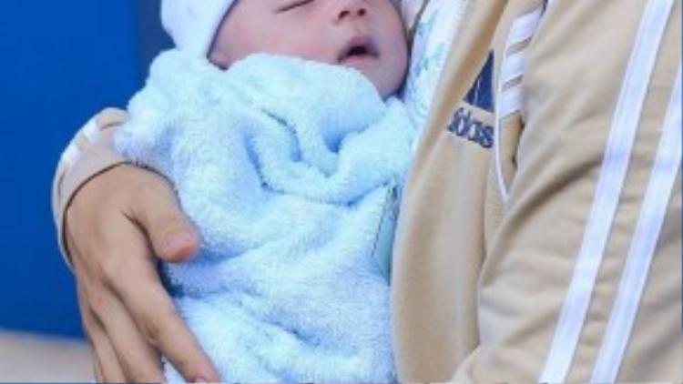 Nhìn gương mặt thiên thần này không ai nghĩ rằng em bé mới trải qua một cuộc chiến sinh tử khắc nghiệt.