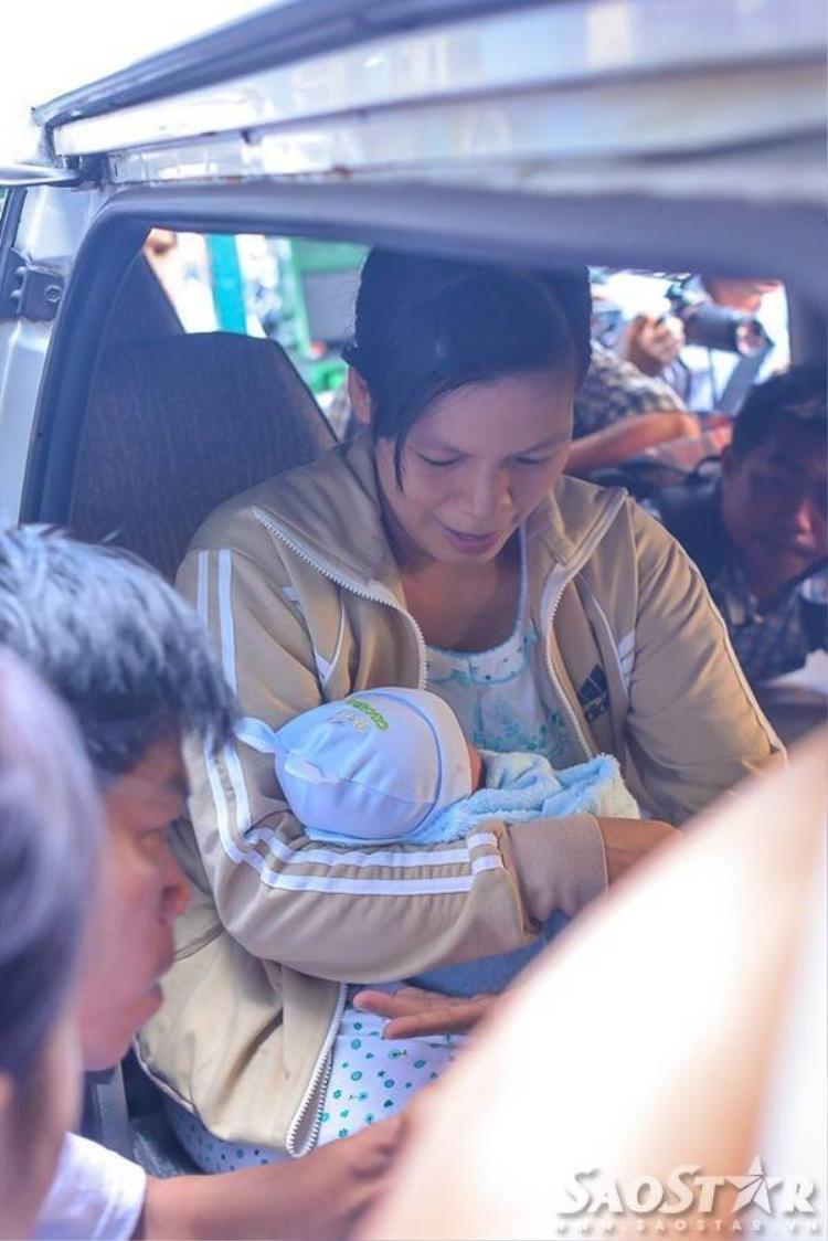 Bé sơ sinh bị đâm xuyên sọ: Niềm vui ngày ra viện