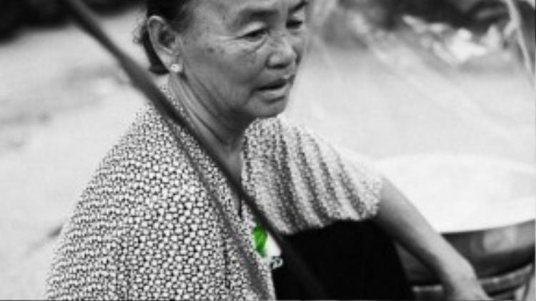 Cô Nguyễn Thị Hạnh, sinh năm 1951, hiện đang làm nghề bán hàng rong.
