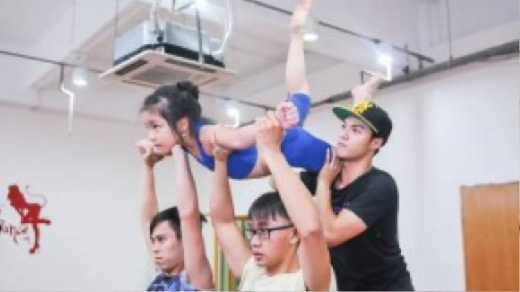 Lâm Vinh Hải hăng say tập luyện cùng thí sinh của đội mình trước thềm chung kết.