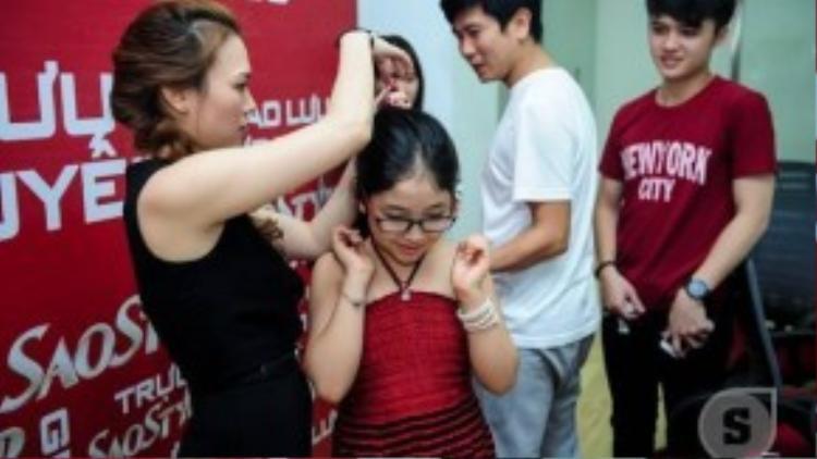 Mỹ Tâm chải tóc và chia sẻ những kinh nghiệm quý báu cho fan nhí. Trong khi Hồ Hoài Anh lại trao đổi với các thí sinh của Giọng hát Việt.