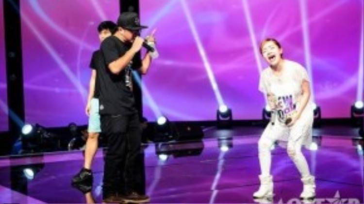 Cô nàng Hạ Vy bất ngờ thử sức với bản hit của nhóm nhạc FB Boiz và nhận được sự hỗ trợ từ Hà Lê.