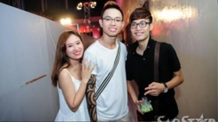 Đăng Quang rời cuộc đua vào tuần trước vì bị bệnh dạ dày. Anh cùng các thí sinh đến cổ vũ những người bạn của mình.