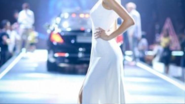 Phương Mai xuất hiện tại sự kiện trong một thiết kế dạ hội thanh lịch của nhà thiết kế Lâm Gia Khang.