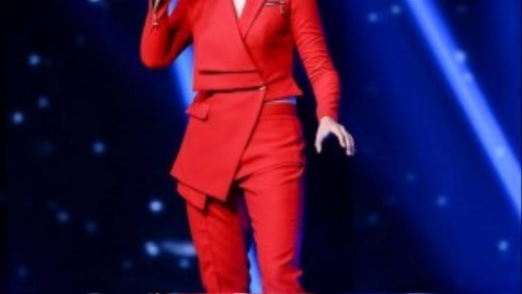 """Vicky Nhung lạ lẫm khi bịt mắt hát """"Flashlight"""". Không cần vũ đoàn hỗ trợ, Vicky Nhung bình thản và không làm người xem cảm thấy mệt mỏi."""