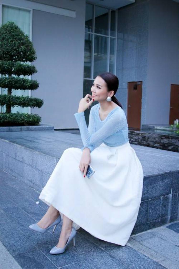 Thanh Hằng thanh lịch trong trang phục tối giản