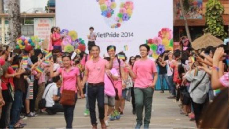 Việt Pride đã giúp cộng đồng LGBT trở nên đoàn kết và không còn cảm thấy đơn độc trong cuộc đầu tranh dài hơi phía trước. ( Ảnh: Toàn Nguyễn)