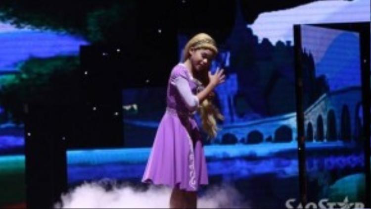 Thùy Dương nhập vai vào công chúa Rapunzel.
