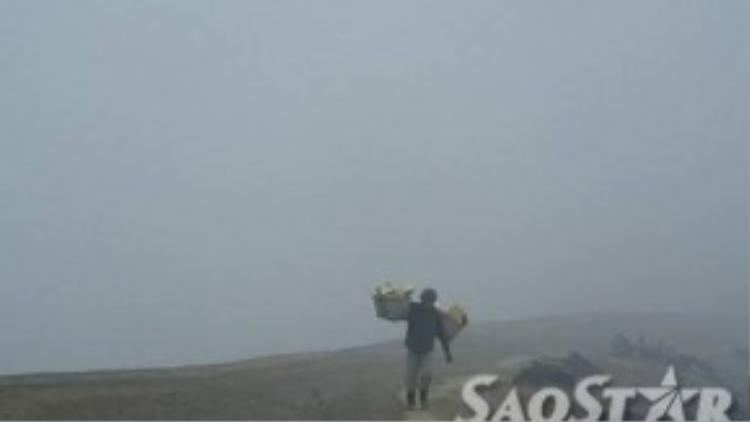 Người dân gánh vác lưu huỳnh từ miệng núi lửa lên để bán.
