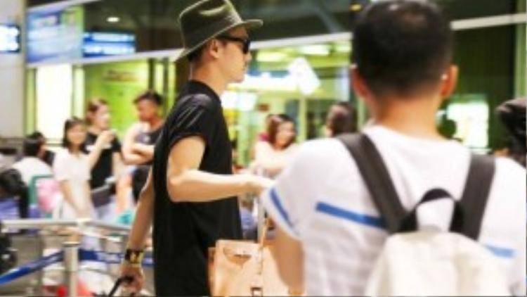 Anh mang theo khá nhiều quần áo để tham dự sự kiện trọng đại được tổ chức tại Nhật.