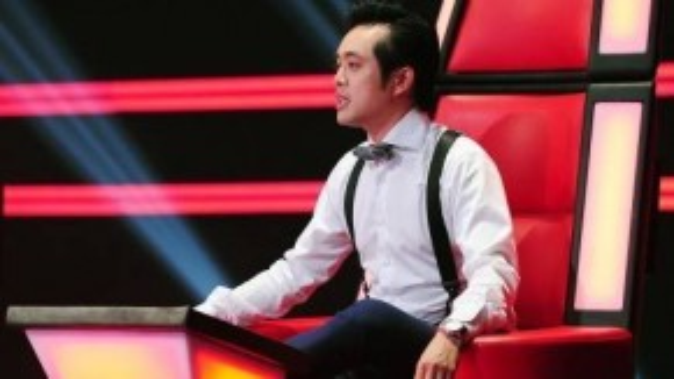 HLV Dương Khắc Linh chăm chú xem những học trò thể hiện trên sân khấu.