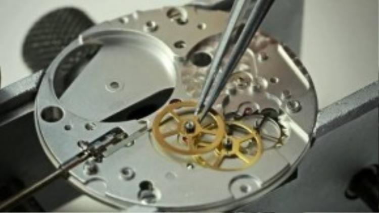 Các bộ phận của đồng hồ được lắp ráp bằng tay hết sức cẩn thận. (Ảnh chụp từ clip)