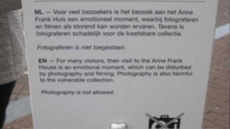 Bảng thông báo cấm chụp hình tại nhà Anne Frank tại Hà Lan với lý do bảo tồn hiện vật và không ảnh hưởng đến cảm xúc của các du khách khác đang tham quan