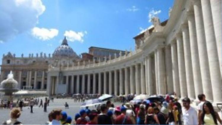 Khách du lịch xếp hàng dài dưới nắng để vào tham quan Vatican